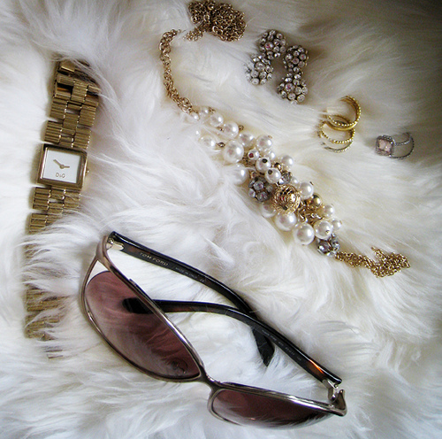 What to Wear with Gold Jewellery